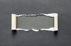 被撕毁的纸与您的消息的灰色空间 免版税库存图片