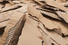 被撕毁的纸板波纹状的堆 库存图片
