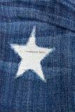 被撕毁的蓝色牛仔布详细资料 免版税库存图片