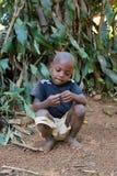被撕毁的衣裳的马达加斯加人的男孩 免版税库存图片