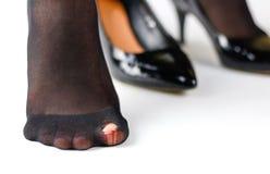 被撕毁的鞋子和黑尼龙裤袜的女孩 被隔绝的o 免版税图库摄影