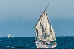 被撕毁的风船航行秘鲁海岸皮乌拉秘鲁 库存照片