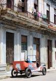 被撕碎的汽车古巴哈瓦那老街道 免版税库存图片