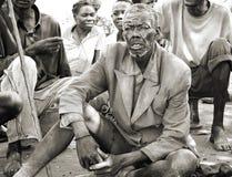 被撕碎的,肮脏的衣物的,乌干达老稀薄的非洲人 免版税图库摄影