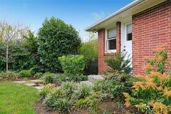被操刀的后院 草坪和花床看法  免版税库存图片
