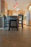 被改造的厨房和黄柏地板 库存图片