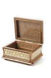 被放入木桶内的被开张的khatam。 库存图片