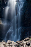 被放大的瀑布在农村中国 库存图片