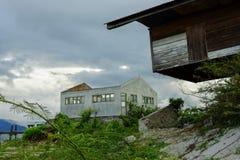 被放弃的一半被破坏的房子 库存图片