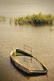被放弃的下沉的小船 图库摄影