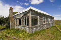 被放弃的乡下房子 免版税图库摄影