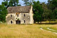 被放弃的乡间别墅 免版税库存照片