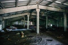 被放弃的仓库修造的内部,黑暗放弃了工厂厂房 免版税库存图片