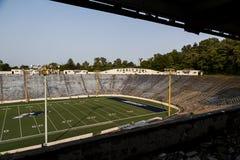 被放弃的体育场-橡胶碗-艾克朗大学用拉锁拉上-阿克伦,俄亥俄 图库摄影