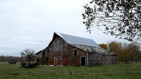 被放弃的偏僻的被毁坏的农厂谷仓在明尼苏达北部 影视素材