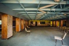 被放弃的儿童` s军用餐具 先驱阵营的遗弃餐厅 库存照片