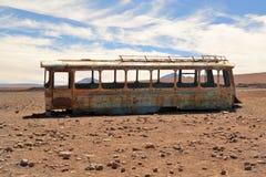被放弃的公共汽车在沙漠 免版税库存图片