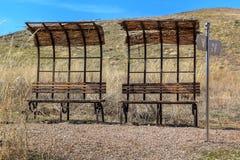 被放弃的公共汽车站和被毁坏的地方休闲的在狂放的干草原 库存图片