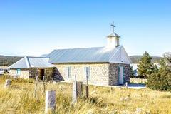 被放弃的公墓和一个老砖教会 图库摄影