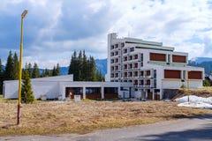 被放弃的共产主义旅馆在Tatras 免版税库存照片