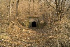 被放弃的军事地下设施,土牢村庄Ekaterinovka 库存图片