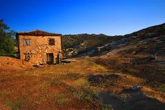 被放弃的农厂希腊房子 免版税库存照片