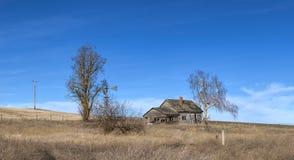 被放弃的农厂房子全景  图库摄影