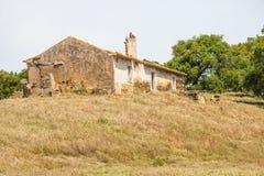 被放弃的农厂房子和种植园在圣地亚哥做Cacem 免版税库存照片