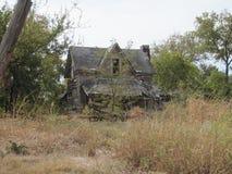 被放弃的农厂房子在得克萨斯小山国家 库存图片