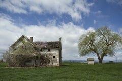 被放弃的农厂房子 免版税库存照片