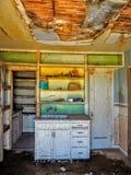 被放弃的农厂房屋建设里面室厨房  免版税库存图片