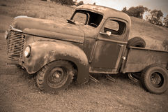 被放弃的农厂老卡车 库存照片