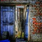 被放弃的农厂门 免版税图库摄影