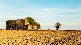 被放弃的农场在乡下 免版税库存照片
