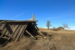 被放弃的农场的一个倒塌的谷仓 免版税库存照片