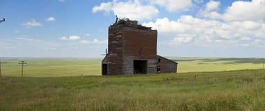 被放弃的农舍全景 库存照片