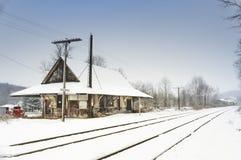 被放弃的列车车库在与雪的冬天 免版税库存照片