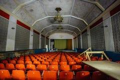 被放弃的剧院大厅在文化老苏联宫殿  免版税图库摄影