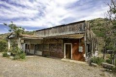 被放弃的加油站和杂货市场商店 免版税库存照片