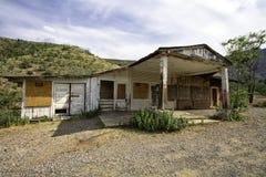 被放弃的加油站和杂货市场商店 免版税图库摄影