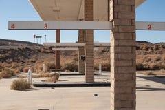 被放弃的加油站在沙漠 免版税图库摄影