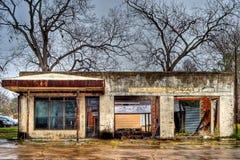 被放弃的加油站正面图,亨普斯特德得克萨斯 免版税库存照片