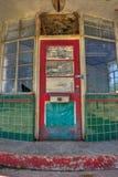 被放弃的加油站的被挂锁的入口 免版税库存图片