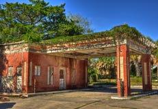 被放弃的加油站, Beeville得克萨斯 免版税库存照片