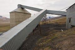 被放弃的北极煤矿大厦的外部在朗伊尔城,挪威 免版税库存照片