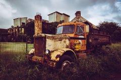被放弃的卡车和工厂 免版税库存图片