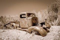 被放弃的卡车在沙漠 免版税库存照片
