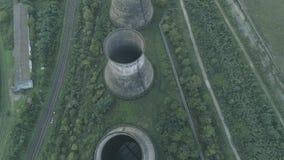 被放弃的发电站冷却塔空中寄生虫视图  股票录像