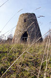 被放弃的古老被建立的乡情向风车扔石头 免版税库存图片