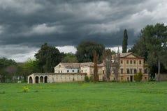 被放弃的古董被毁坏的房子天空风雨如磐的别墅 免版税图库摄影